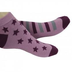 socquettes roses avec des motifs étoiles ou rayures