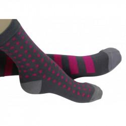 chaussettes grises à petit pois ou à larges rayures roses