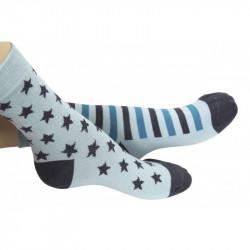 chaussette étoiles grises couplée avec une chaussette à rayures grises et bleues