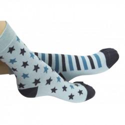 chaussettes dépareillées vert menthe avec étoiles et rayures grises et bleues