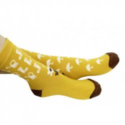 chaussettes jaunes ornées d'arrosoirs sur l'une et de nuages et pluie sur l'autre