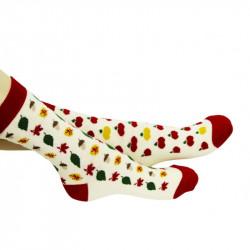 chaussettes blanches et rouges ornées de motifs sur le thème de l'automne