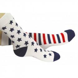 chaussettes avec étoiles bleues sur l'une et larges rayures sur l'autre