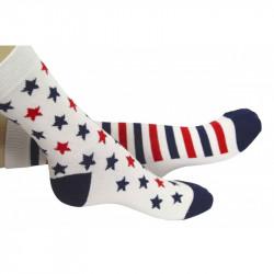 chaussettes avec motifs dépareillés : étoiles ou rayures
