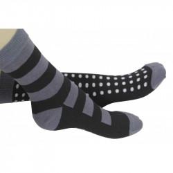 2 chaussettes dépareillées l'une à grosses rayures et l'autre à petit pois