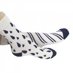chaussettes avec des gouttes bleues sur l'une et rayures sur l'autre