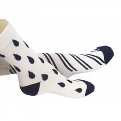 chaussettes blanches ornées de gouttes et rayures bleues