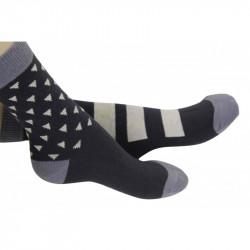 chaussettes noires et grises avec des motifs blancs