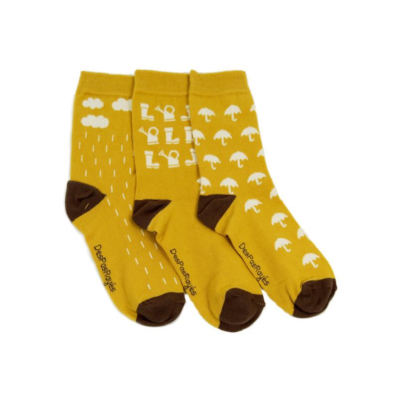 3 chaussettes jaunes avec des motifs blanc caractérisant la pluie à l'automne