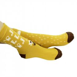 Chaussettes jaunes avec des arrosoirs et bottes sur l'une et des nuages sur l'autre