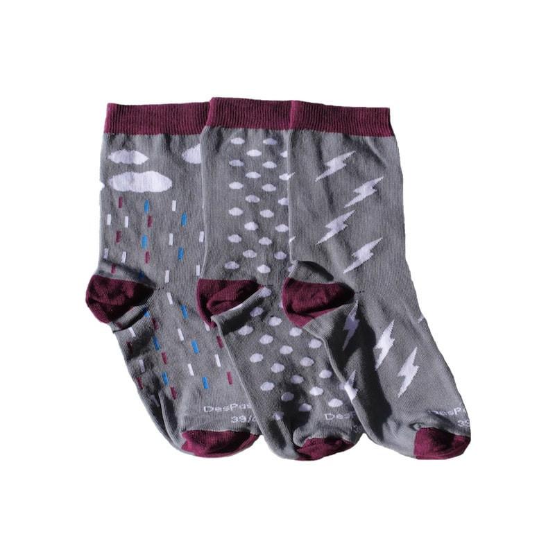 trois chaussettes de couleur grise sur le thème des orages