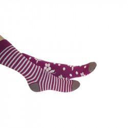 chaussette à pois et chaussette à fleurs de couleurs violette