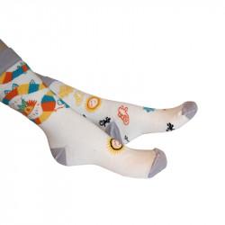 deux chaussettes blanches ornées de motifs colorés