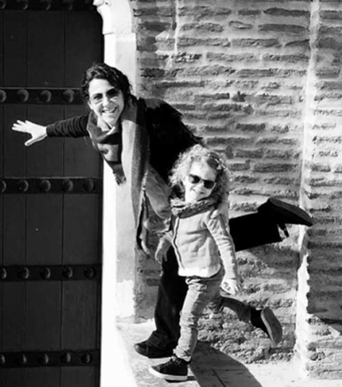 Photo en noir et blanc d'une jeune maman et de sa fille en vacances au Maroc